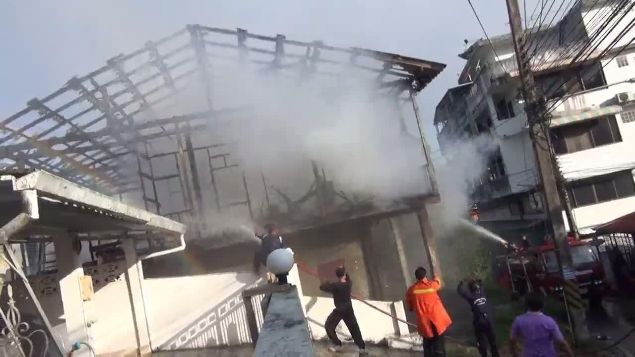 ไฟไหม้บ้านครึ่งปูนครึ่งไม้ กลางเมืองเบตงวอดทั้งหลัง