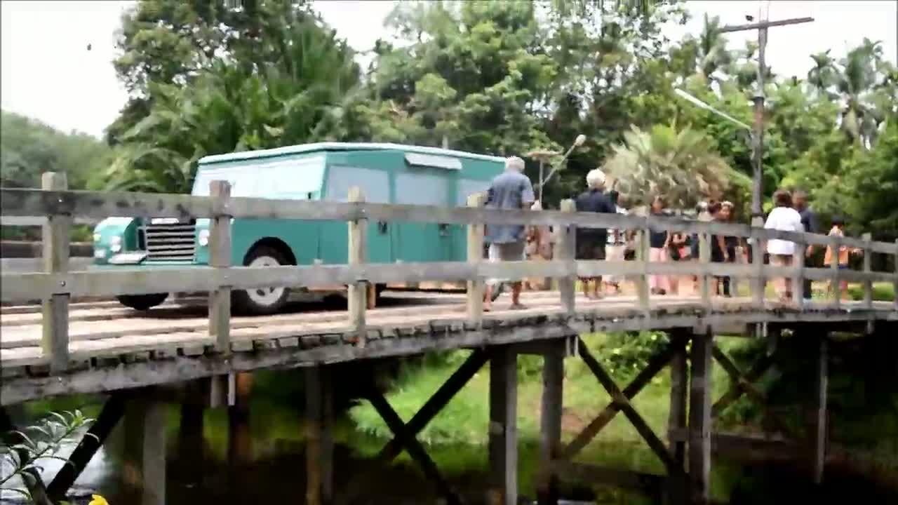 นราธิวาส/ณรงค์-ชาวเจาะบากงจำลองเสมือนจริงย้อนรอยภาพในหลวงประทับข้างรถยนต์พระที่นั่งบนสะพานไม้