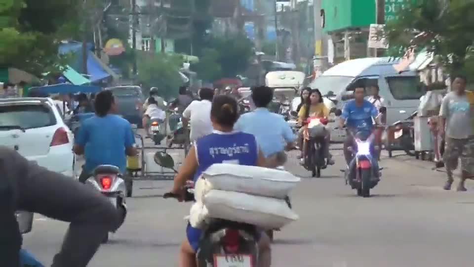 หนุ่มกำลังใส่บาตรเช้าถูกโจรขี่รถจักรยานยนต์กระชากสร้อยหนัก 5 บาทติดมือไป