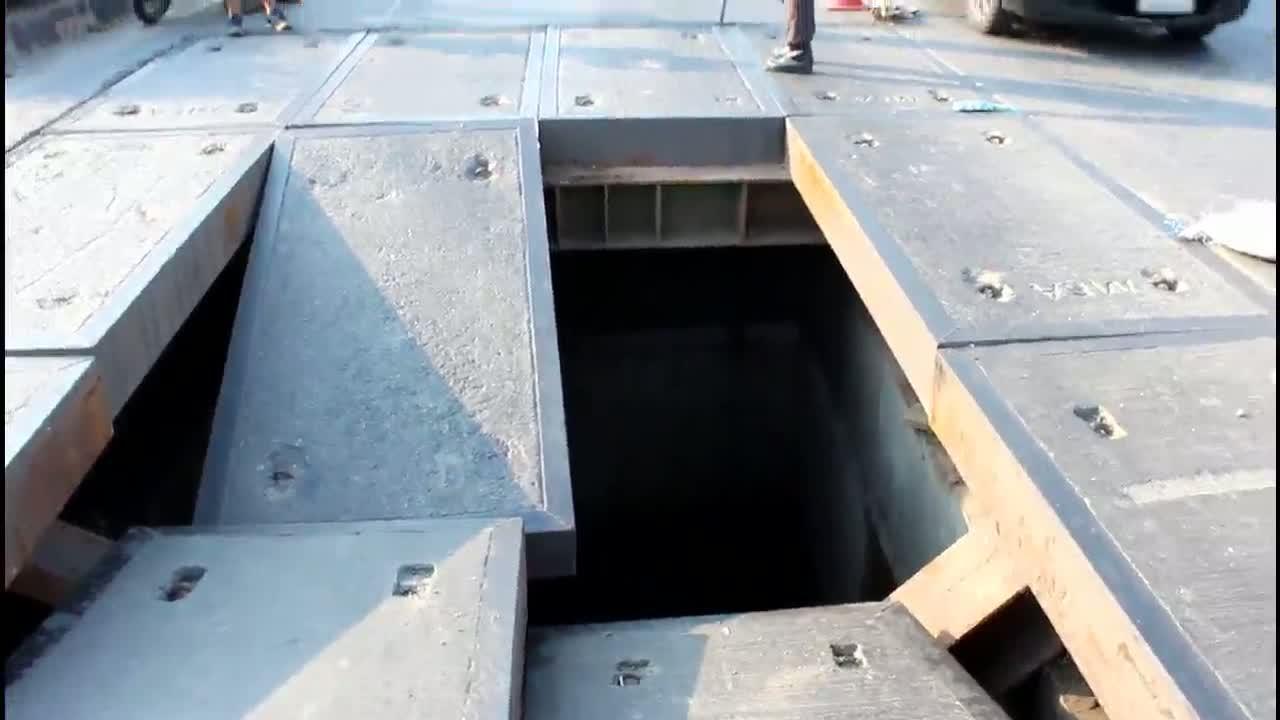 คานเหล็กลองแผ่นปูนปิดกลางถนนหักแผ่นปูนทรุดตัวเป็นหลุมกว้าง