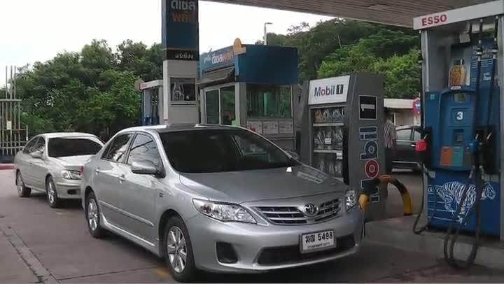 570829 ศรีราชาแห่เข้าสถานีบริการน้ำมันเติมน้ำมัน..mp4